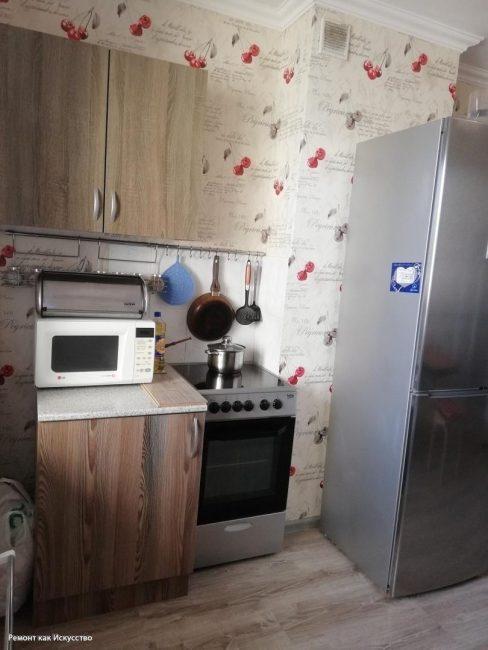 Кухня представляла собой набор из разношерстной мебели и техники
