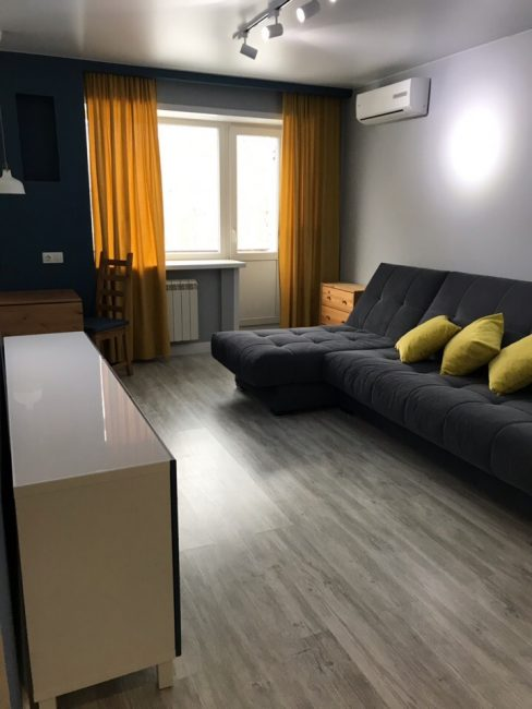Вот такая чудесная квартира получилась у мужчины после ремонта. В интерьере сочетаются темные и светлые оттенки, а также яркие цветовые пятна.