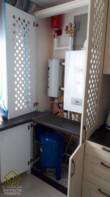 """За дверцами кухонного гарнитура """"прячутся"""" газовый котел и водонагреватель."""