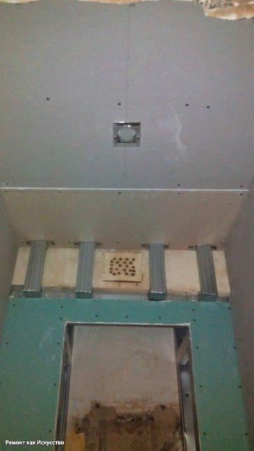 Высокие потолки также позволили зашить их гипсокартоном и вставить точечный светильник