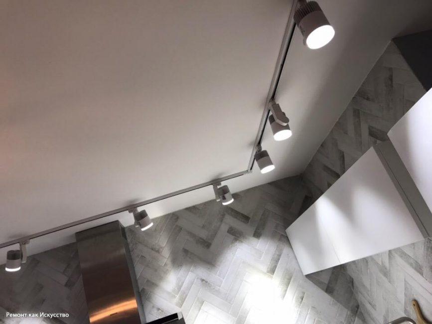 Потолочные светильники в стиле модерна размещены по всему периметру кухни для максимальной освещаемости