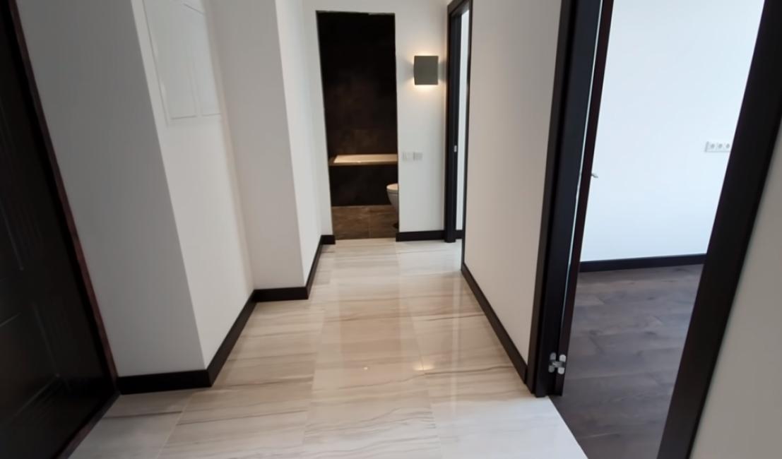 В коридоре уложена плитка, все сделано на деревянных лагах с усилением ГВЛ. Входную дверь поменяли на новую. На стенах штукатурка под покраску.