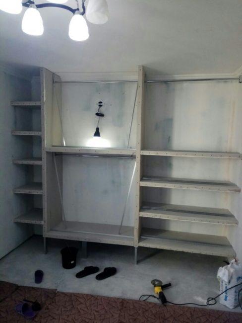 В гардеробной установили потолочную люстру и еще один дополнительный светильник