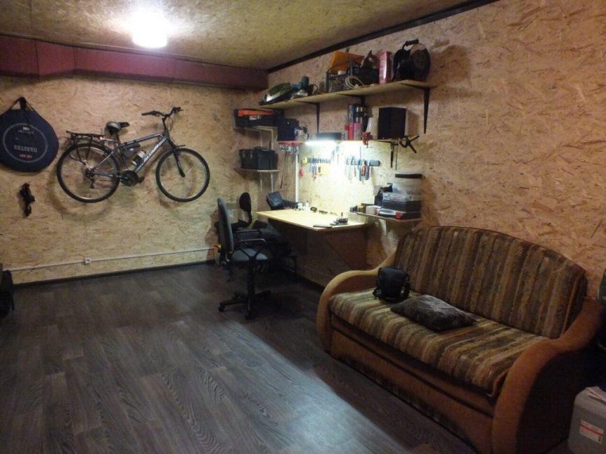 А вот как выглядит гараж после уборки. В одном из углов поместился письменный стол со стулом, а также все инструменты, которые теперь всегда под рукой