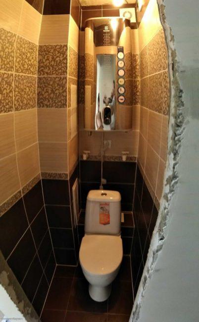 Особо выдумывать ничего не стали, туалет выложили коричневой и бежевой плиткой