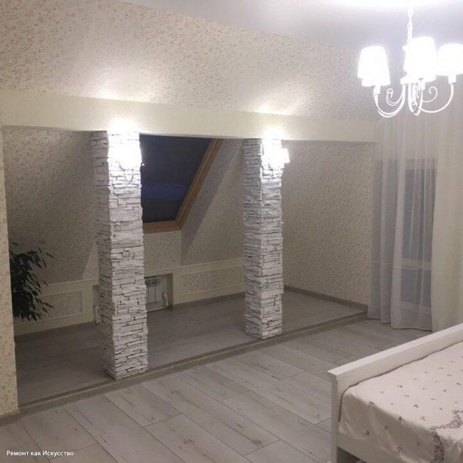 Вот так выглядит спальня на мансарде после ремонта. Как видите, получилось очень светло и просторно.
