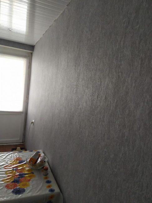 Стену, которая находится напротив кухонного гарнитура, обклеил серыми фактурными обоями.
