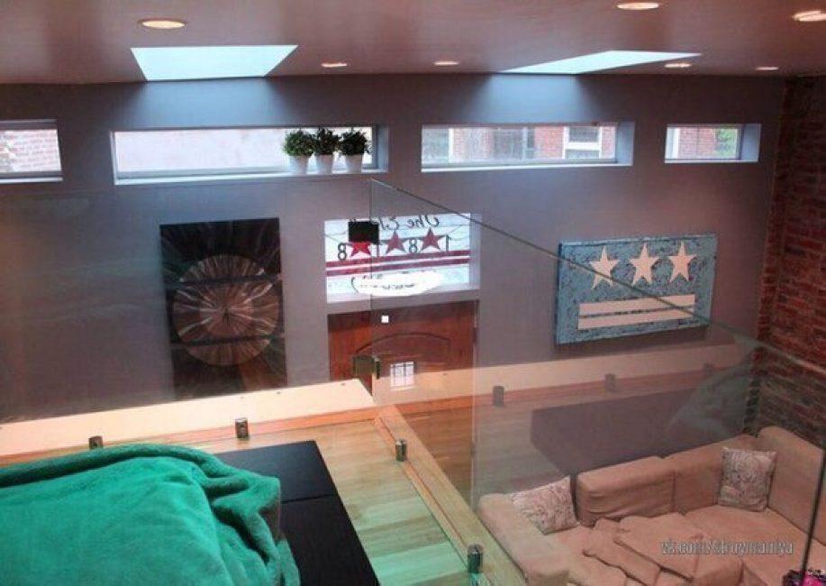 Много кирпича, стекла, ржавчины и металла — все это стиль лофт. Такой вид на дом открывается со второго этажа, на котором находится спальня.