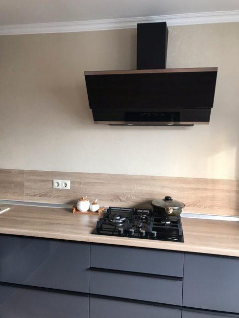 Мощная вытяжка над кухонной плитой не позволит запахам еды распространяться по квартире