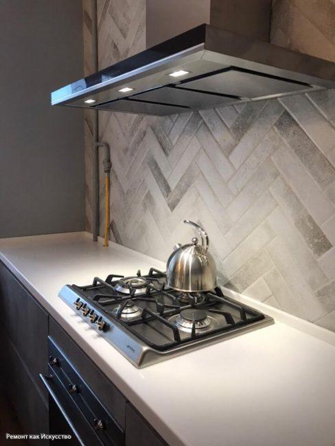 Мощная вытяжка над плитой — обязательный атрибут в студии для ликвидации запахов от процесса приготовления пищи
