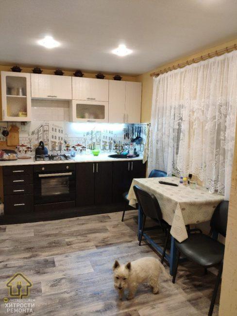 Теперь новую кухню и не узнать. На пол постелили ламинат под дерево, кухонный гарнитур выбрали двухцветный