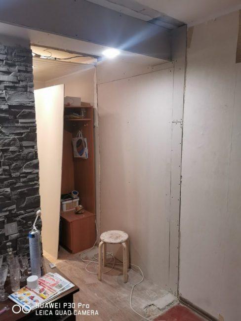 С этой стороны также есть светильник. Тем временем, жильцы начали ремонт в прихожей