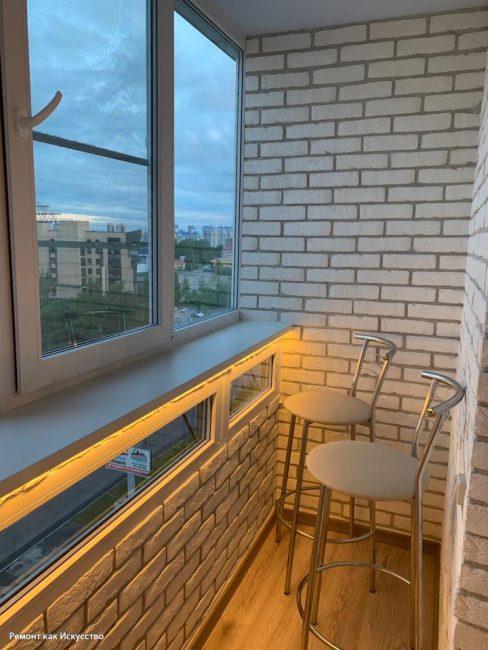 Вечером, когда под подоконником включается подсветка, балкон выглядит просто волшебно