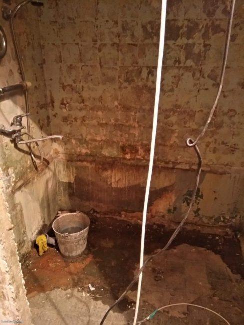 В ванной комнате первым делом отбили всю старую плитку, чтобы выровнять стены