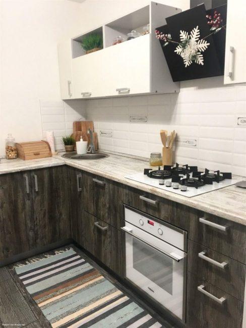 Стены покрасили в белый цвет, заказали двухцветный кухонный гарнитур