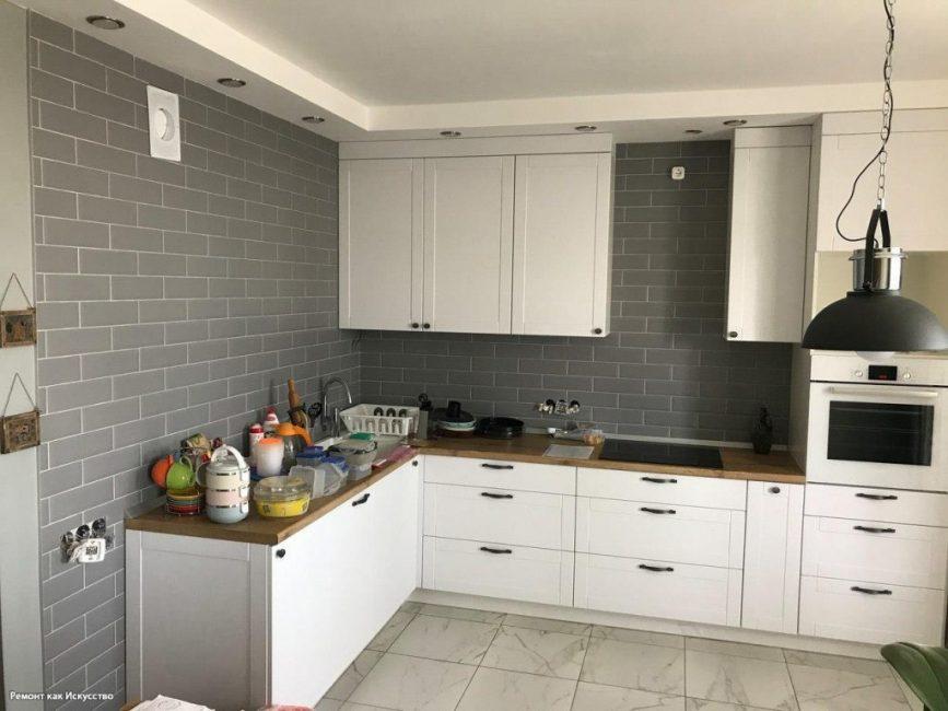 Вот так выглядит кухня после того, как на ней смонтировали мебель