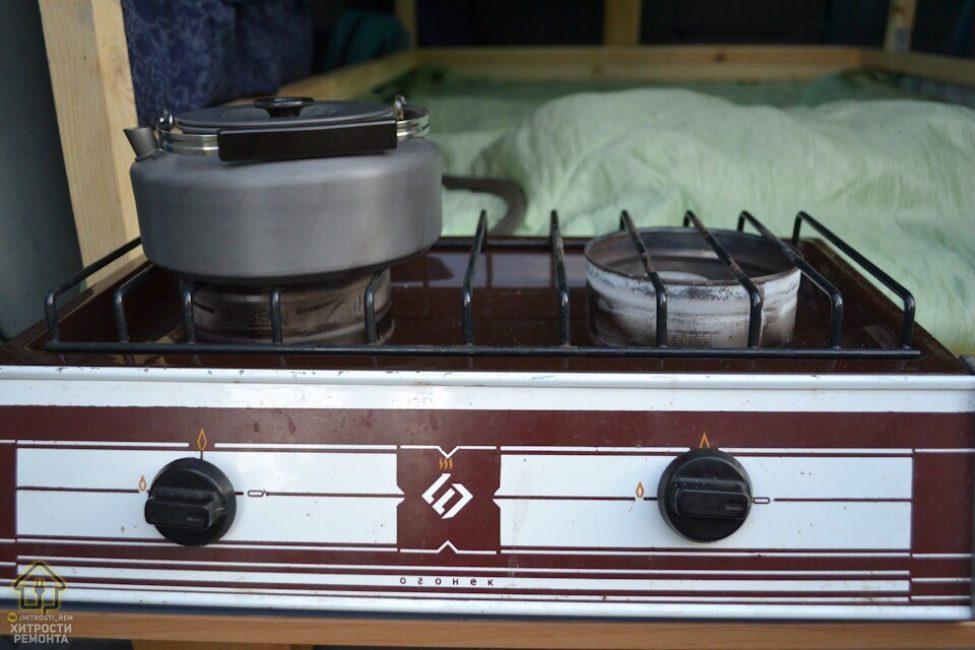 В машине есть даже газовая плита для приготовления пищи