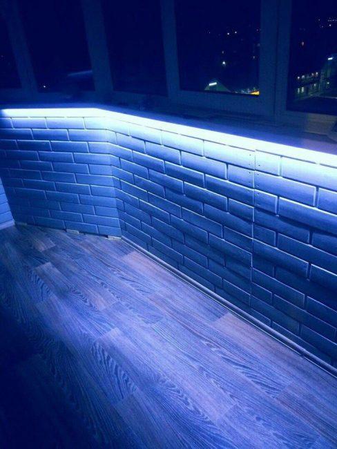 Голубая подсветка эффектно смотрится в темное время суток