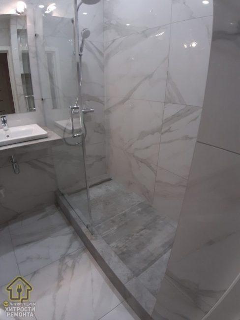 В ванной ничего лишнего. Унитаз, душевая и раковина. Больше нет ничего.