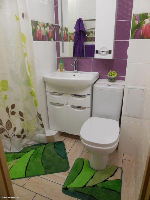 Одна из стен в ванной комнате — фиолетового цвета