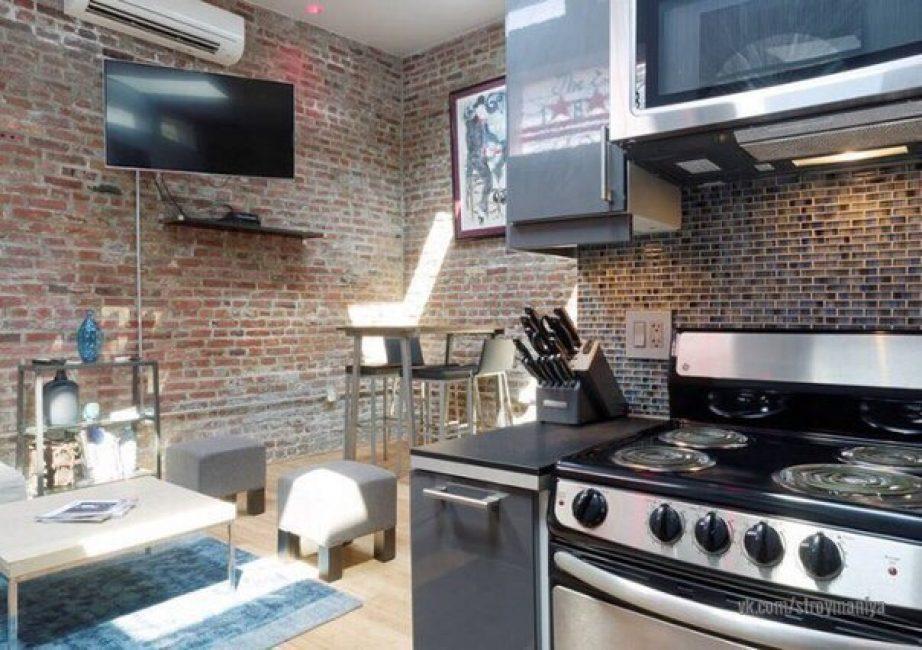 Кухня и обеденная зона. На первом этаже все стены оставили такими, как они были до ремонта. Расставили мебель и технику, повесили картины и декор.