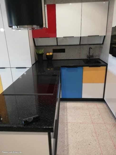 Единственное, что смотрится довольно странно, это цветные панели на кухонном гарнитуре