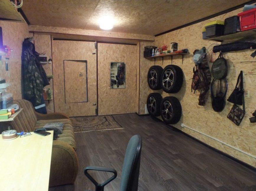 В гараже даже поместился велосипед, который висит на стене