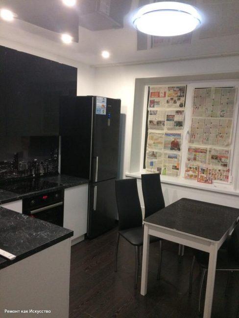 В кухню уже успели привезти и смонтировать мебель. Она также черно-белая. Смотрится довольно брутально
