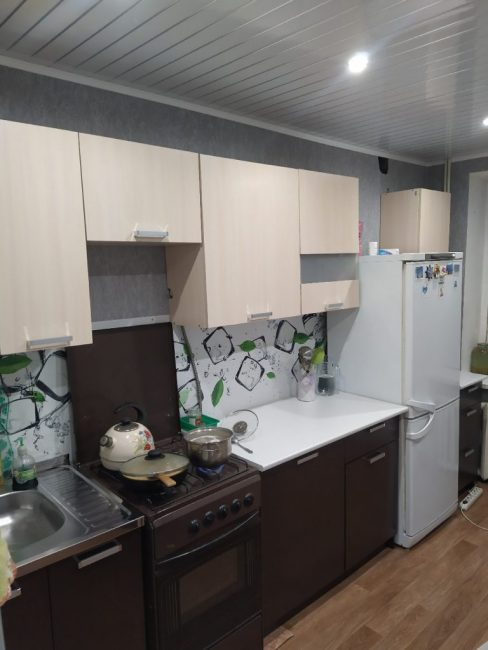Кухонный гарнитур парень выбрал очень бюджетный, сочетающий в себе бежевый и коричневый цвет.