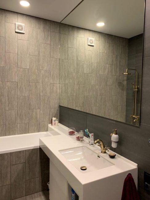 Напротив зеркала — еще одно зеркало. Купаться в ванной без шторки также будет проблематично.
