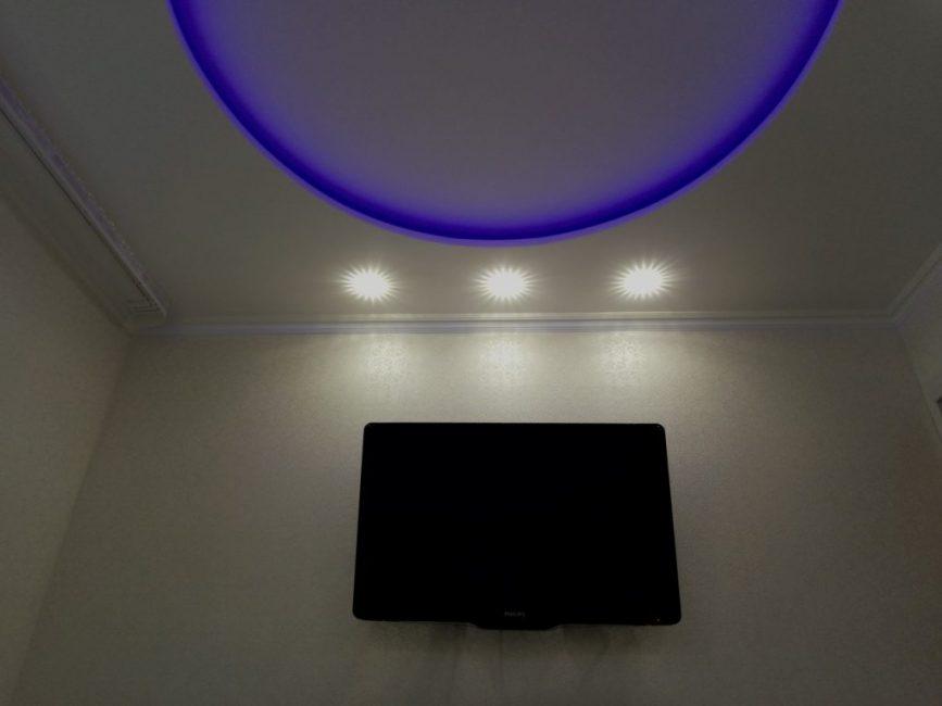 Дополняет этот странный синий круг три встроенных точечных светильника. На стену повесили плазму напротив кровати.