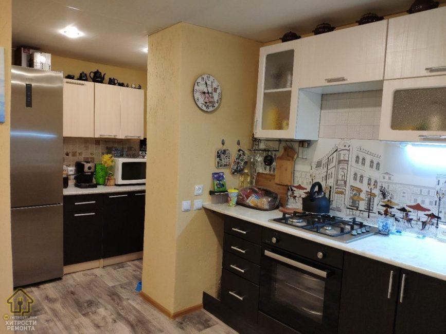 Оригинальная форма помещения позволила разбить кухню на две части. Таким образом, вместилась абсолютно вся необходимая мебель и техника