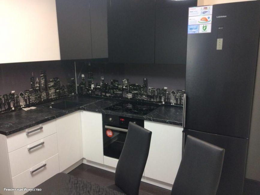 Кухонный фартук черного цвета. На нем изображен ночной Нью-Йорк