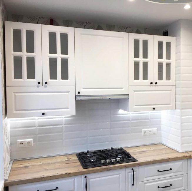 Вся мебель на кухне — белая. Это позволило сделать кухню визуально больше. Интерьер сделан в скандинавском стиле.