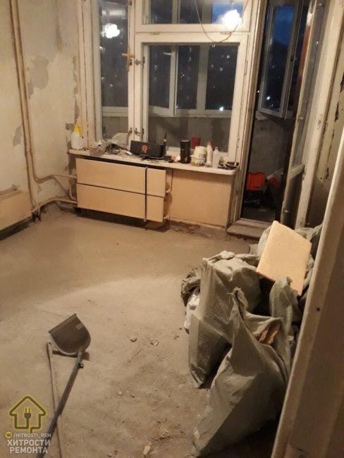 До ремонта в комнате были старые обои дощатый пол. Также, нужно было менять окна и двери на балконе на пластиковые.
