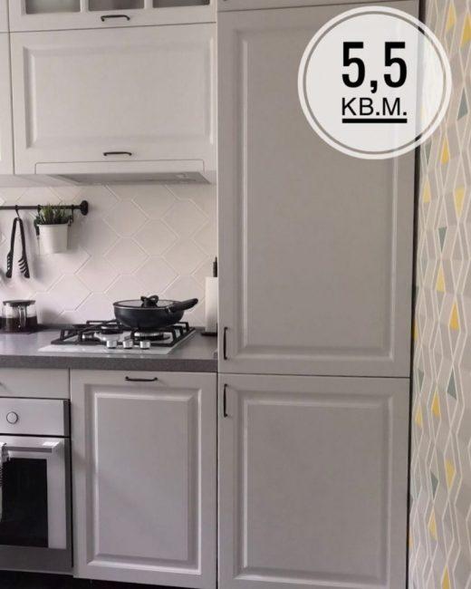 Холодильник сделали встроенный, чтобы он не портил внешний вид кухни.