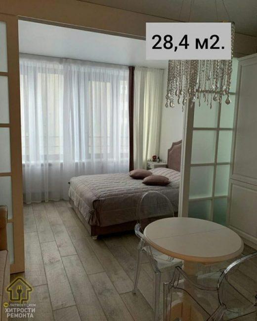 На пол положили светлые доски из натурального дерева. Зонирование позволило выделить спальную зону, обеденную и гостиную.