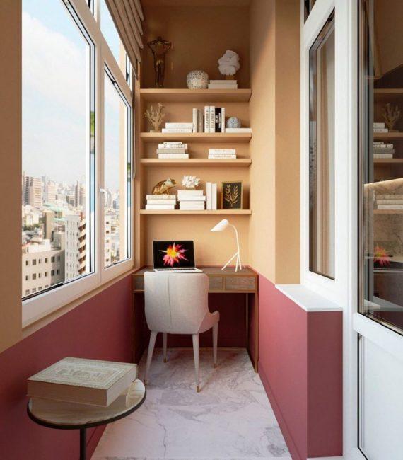 На балконе оборудовано рабоче место для хозяйки дома. Такой интерьер может и не придется по вкусу каждому, но надолго запомнится.