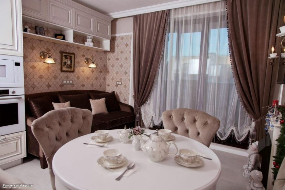 В зоне гостиной напротив камина и телевизора стоит удобный велюровый диван цвета горького шоколада.