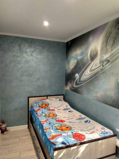 Потолок сделали натяжной, белого цвета со встроенными точечными светильниками. На одну из стен, над кроватью, повесили 3-Д постер с изображением звездного неба.