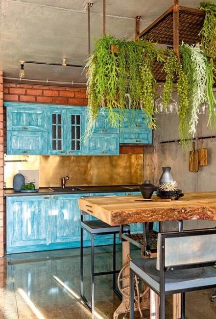 Кухню изготовили под заказ из натуральной сосны. А вместо ручек на фасадах использовали латунные краны.
