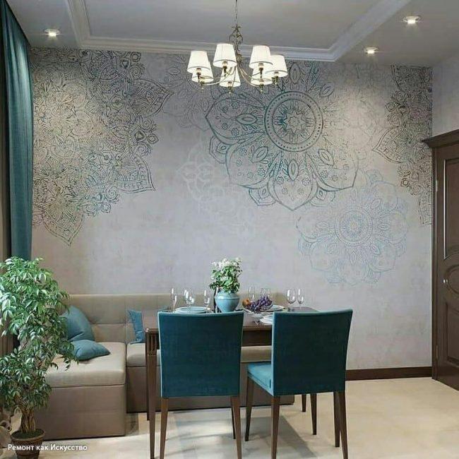 Свободную стену украшают обои с мандалой бирюзового цвета, они создают в комнате эффект загадочности.
