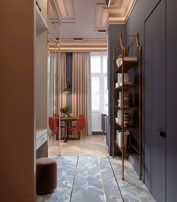 В квартире очень высокие потолки. Это спасает ее от эффекта нагромождения и несмотря на яркие краски в ней легко дышится.