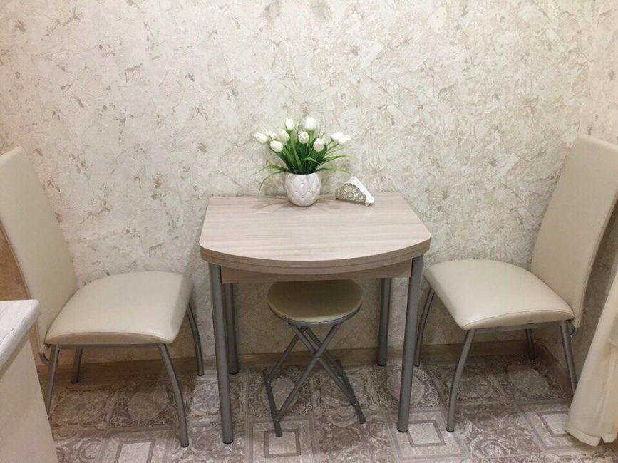 Обеденную зону сделали небольшой, всего на два человека. Но стол выбрали раскладной на случай, если в дом пожалуют гости.