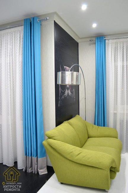 У одной из стен поставили небольшой диванчик салатового цвета для отдыха. Над ним — большая хромированная лампа-торшер для чтения.