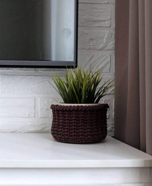 Детали решают многое. Цветок, хоть и искусственный, в коричневом плетеном горшке отлично вписывается в интерьер. Шторы цвета латте сочетаются с ламинатом.