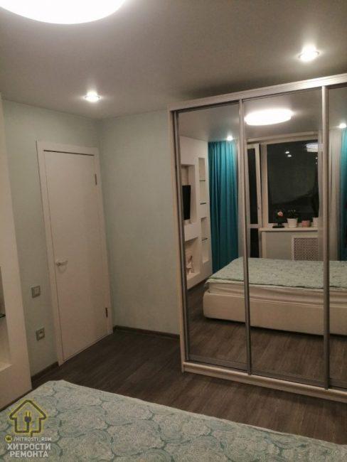 Размер комнаты позволил поставить в ней зеркальный шкаф-купе.