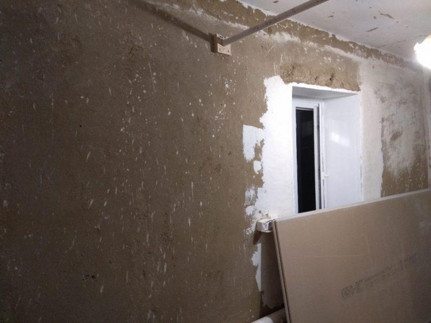 Чтобы поклеить новые обои, необходимо было качественно подготовить стены, чтобы они были ровными.