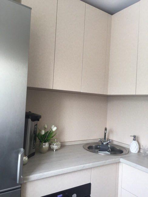 Рукомойник поставили в углу, но хозяйка квартиры — невысокого роста, поэтому с мытьем посуды возникнуть проблем не должно.