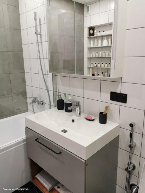 Сантехника вся белая. Пара отдала предпочтение ванной. Раковина умывальника довольно широкая, поэтому можно чистить утром зубы вдвоем.